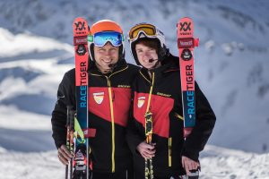Lucien und Noemi mit Teamjacke, Völkl Skiern, Leki Stöcken und Uvex Helm und Brillen
