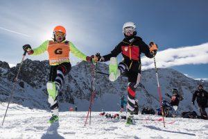 Noemi und Lucien schwingen die Dalbello Skischuhe vor und zurück. Das ganze vor herrlicher Bergkulisse