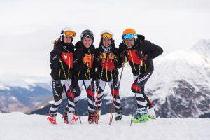 Alle stehenden Skifahrer des DPS Alpin Teams mit Ihren Leki Stöcken
