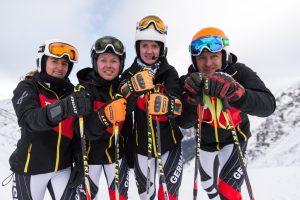 Die vier stehenden Skifahrer in Nahaufnahme mit Ihren Leki Stöcken und Ziener Handschuhen
