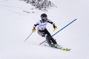Noemi Ristau im Slalom direkt an der Stange. Guide Lucien ist schon aus dem Bild gefahren.