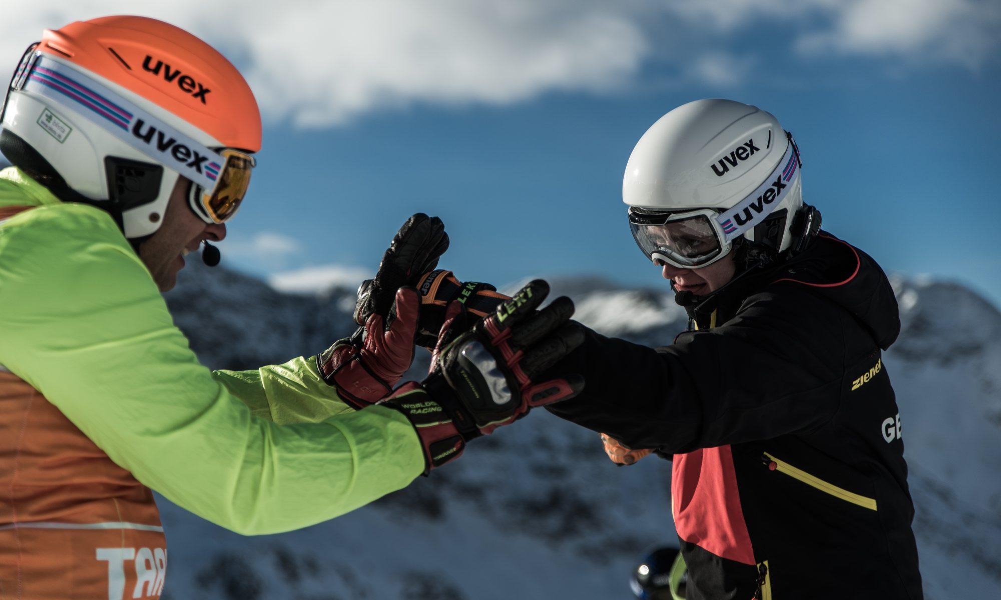 Noemi simuliert mit Ihren Skihandschuhen einen Boxkampf